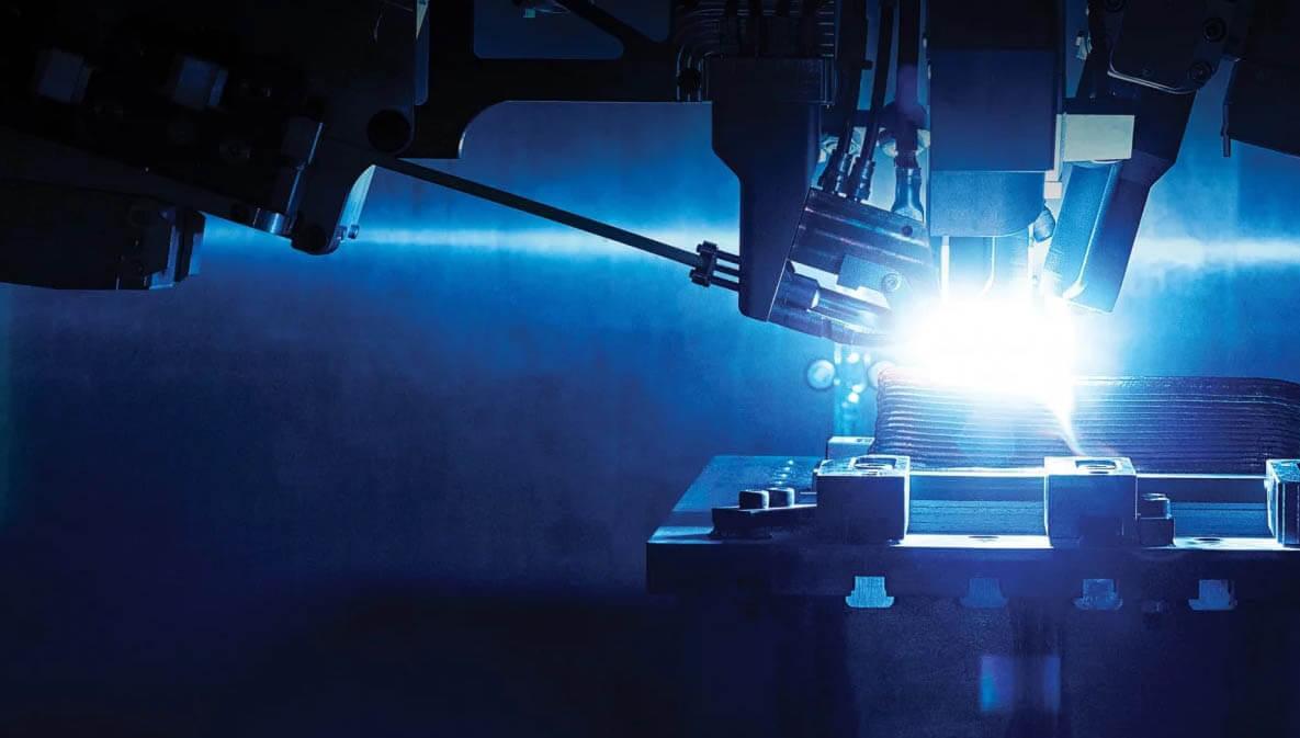 Когда лазер движется, металл затвердевает на задней кромке и трехмерный объект строится слой за слоем