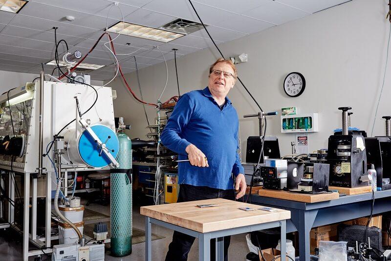 Майк Циммерман, основатель и исполнительный директор Ionic Materials, в своей лаборатории в Вобурне, Массачусетс, вбивает гвозди в аккумуляторы