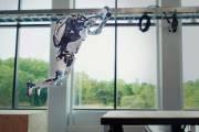 Роботы Atlas компании Boston Dynamics демонстрируют еще более совершенные навыки в области акробатики и паркура